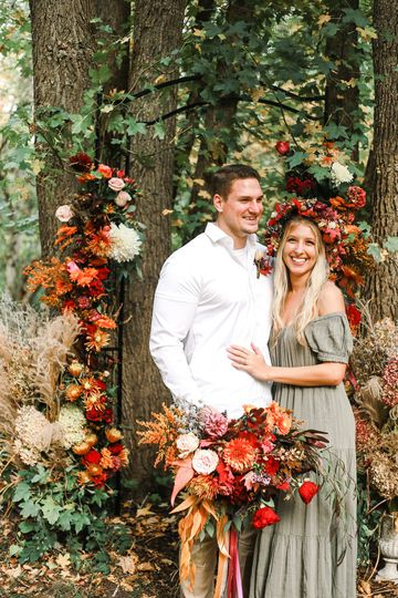 Elopement with urns and arch