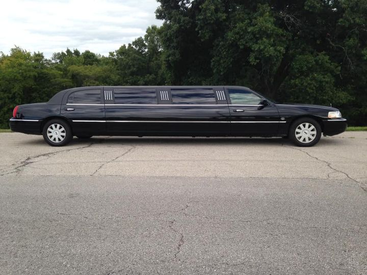 Tmx 2005 Lincoln Town Car Limo1 51 930278 159033223672420 Lenexa, KS wedding transportation
