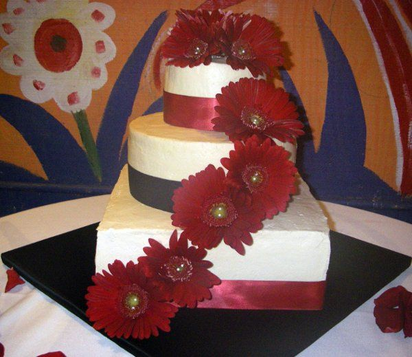 multi flavored tiers with daisies and ribbon