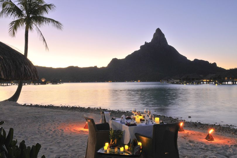 Enjoy a private beach dinner at sunset | Honeymoons by Tahiti.com