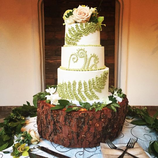 15d5633cdcbc284c wed cake fern roses
