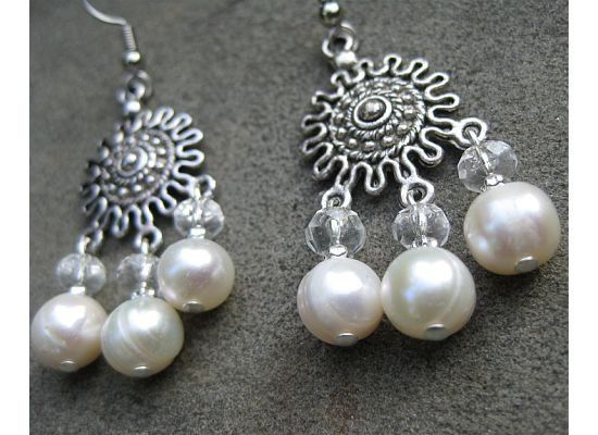 Make a statement with these chandelearrings with white freshwater pearls and bold crystals.