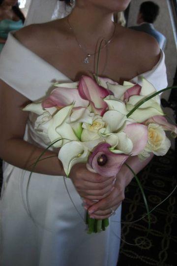 Roses, calla lilies, bear grass