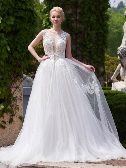 New Style A-line Scoop Neck Tulle Court Train Appliques Lace Backless Wedding Dresses