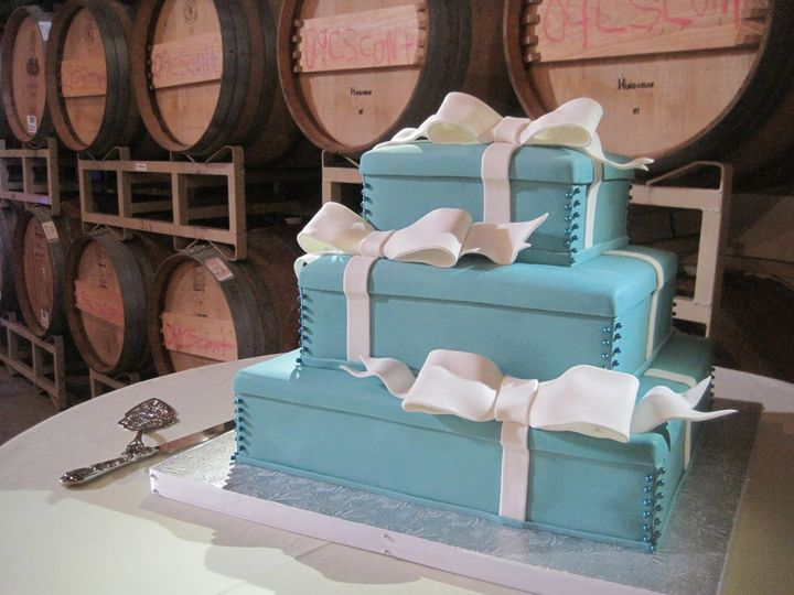 Gift box themed cake
