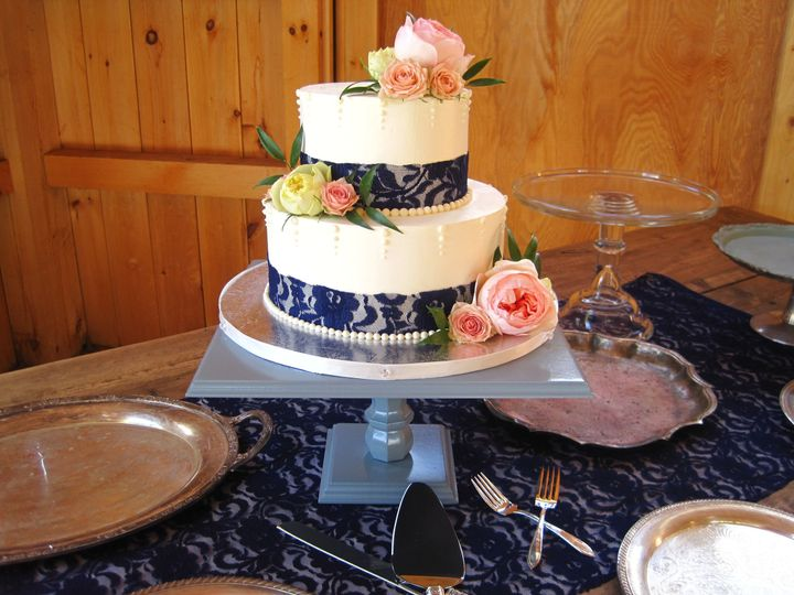 2-tier wedding cake with blue details