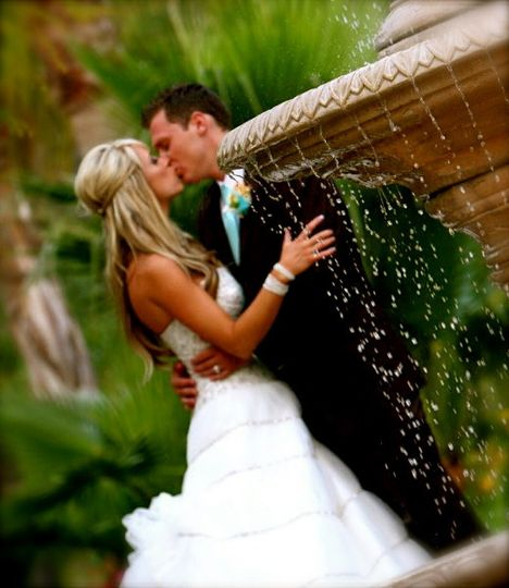 Couple kiss by the fountain