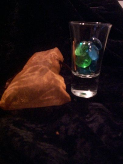 Clear glass shot glass with glass pebbles of wedding color and mesh bag. Perfect for Bacholerette...