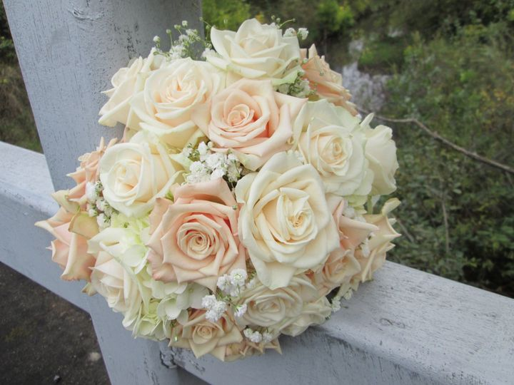 Ivory and champagne roses with touches of babies breath for a romantic bridal bouquet.