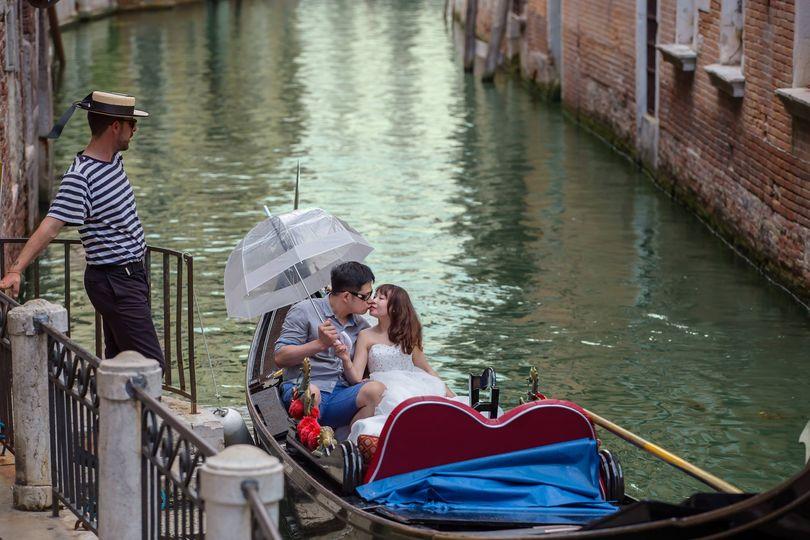 Pre wedding couple at Gondola Romantic Trip
