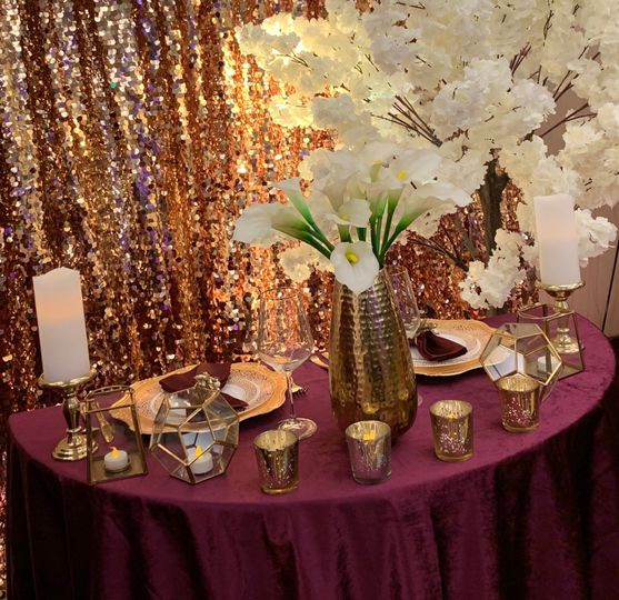 Sweetheart table with white flowers