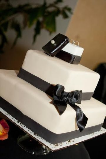 Black ribbons on 3-tier wedding cake