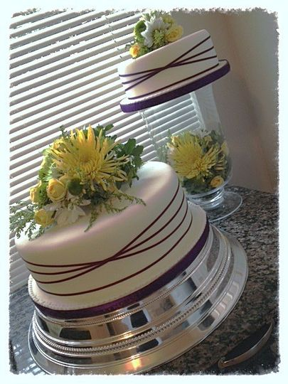 Two 'seperate' tiers using fresh flowers, fondant icing and seperate but complimenting display...