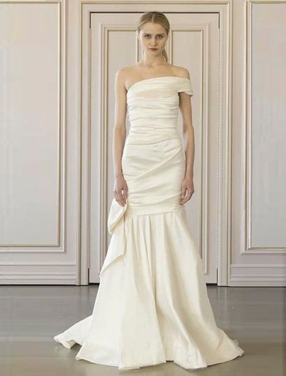 This Oscar de la Renta Elexis 77N25 wedding dress is Brand New with its hang tag attached!  The silk...