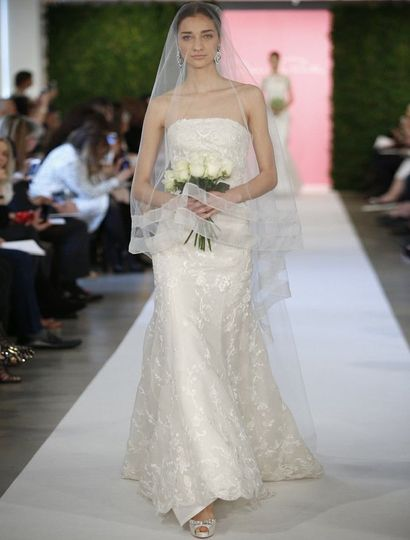 This Oscar de la Renta 66E12 X wedding dress is absolutely amazing! The embroidery on the silk...