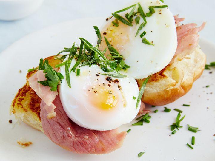 Petit eggs benedict