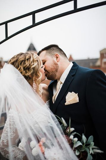 Couple kissing | Picture by: Abigail Tocci Creative