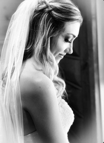 Bride with veil on loose curls