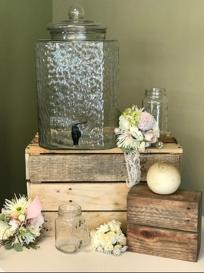 Drinks dispenser with rustic mason jars