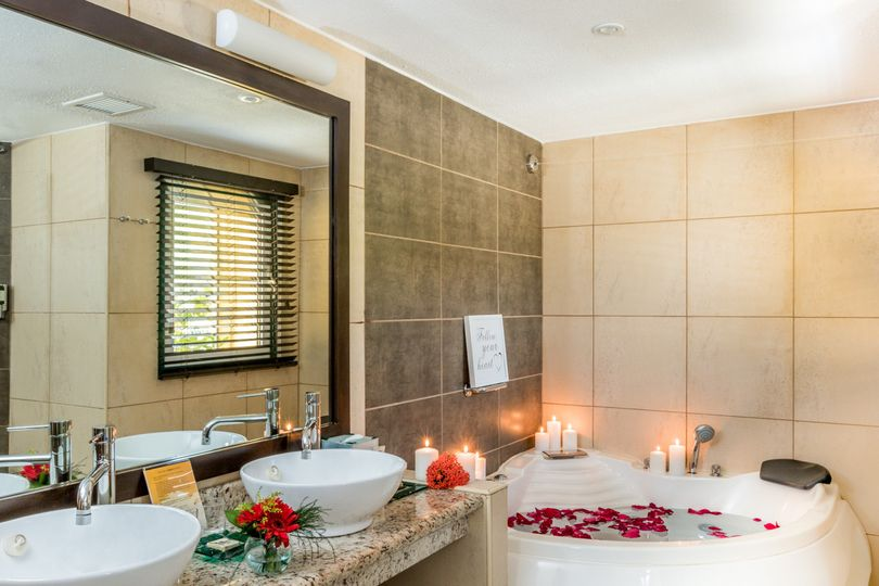 honeymoon suite bathroom decor