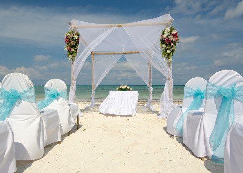 Aisle and altar at the beach