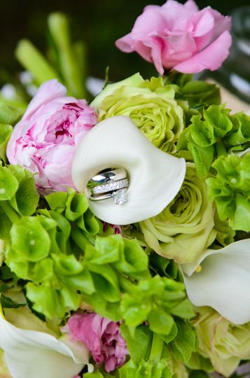Flower arrangement with ring