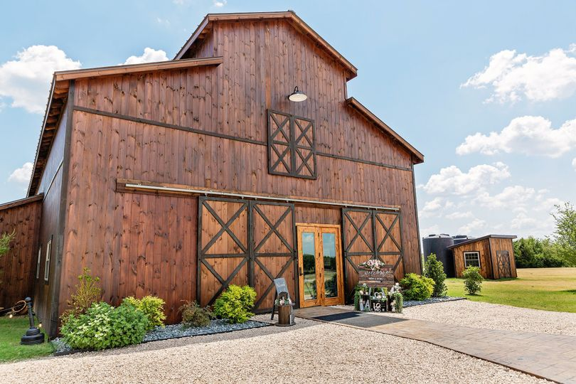 front of barn decorated with brittanys deco photo credit the click photography 51 1897719 160748386954109