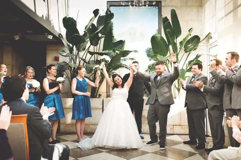 Couple with theri bridesmaids and groomsmen