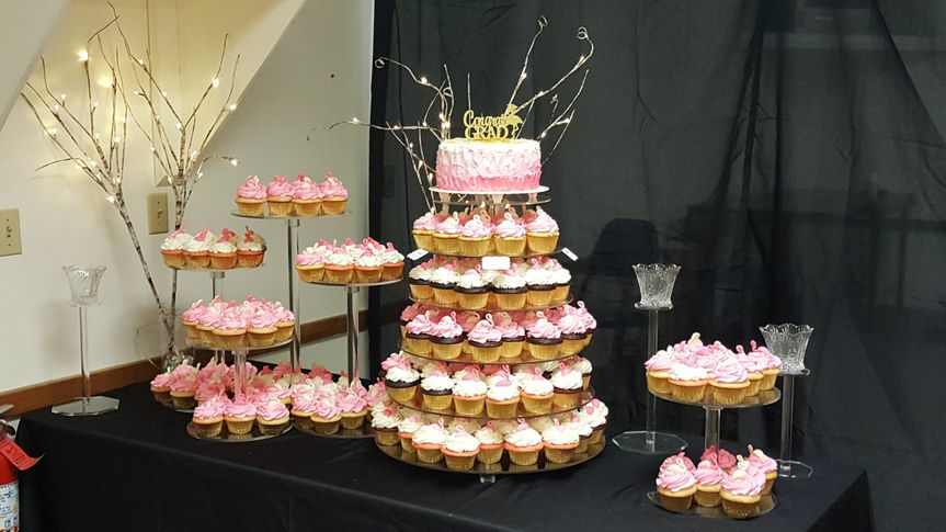 Cake to keep and cupcakes