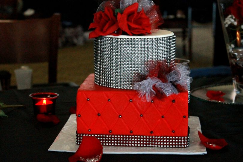 9747accc04318584 IMG 2467 JPG red black bling poof cake on table pic