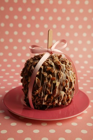 This Caramel and Chocolate Apple weigh's in between 1 1/4- 1 1/2 pound each. Will feed 4- people 3-4...