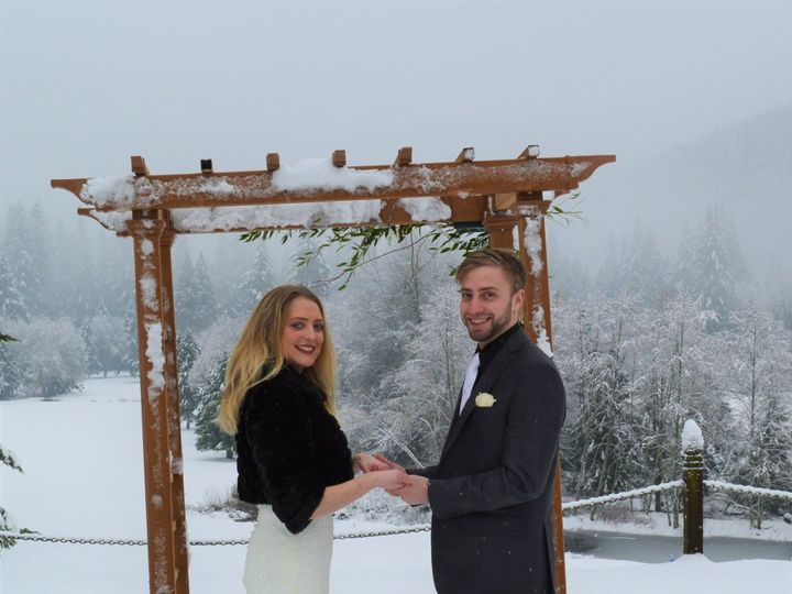 Tmx Bride And Groom On Bluff 51 337529 158049544467464 Welches, OR wedding venue