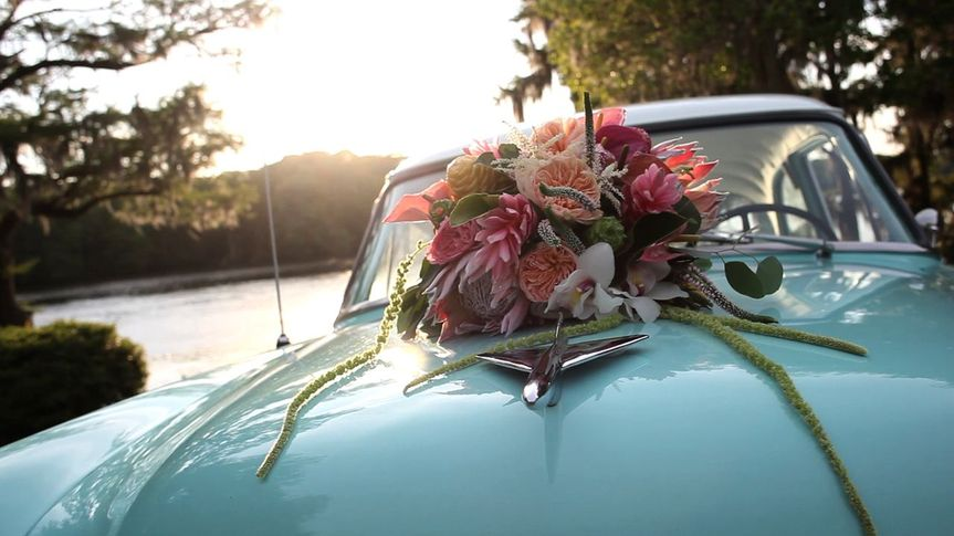 94166c88266f5029 1531333933 d42c26f26efca16c 1531333931886 3 flowers on car