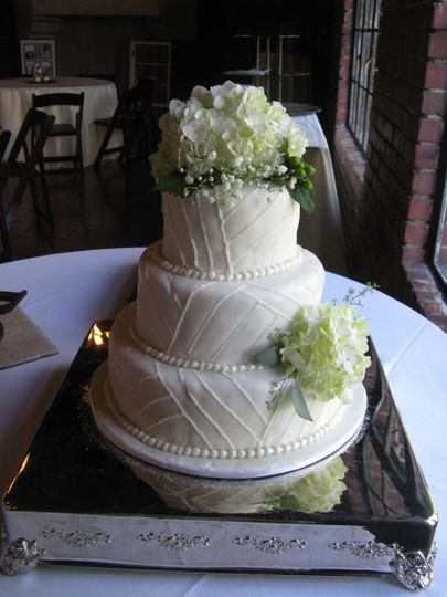 Cake with lines and hydrangeas