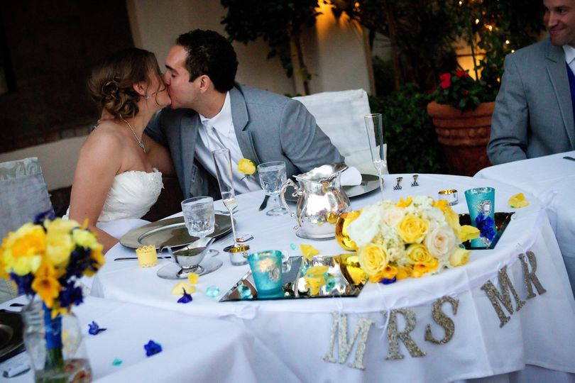 Couple kissing at the sweetheart table