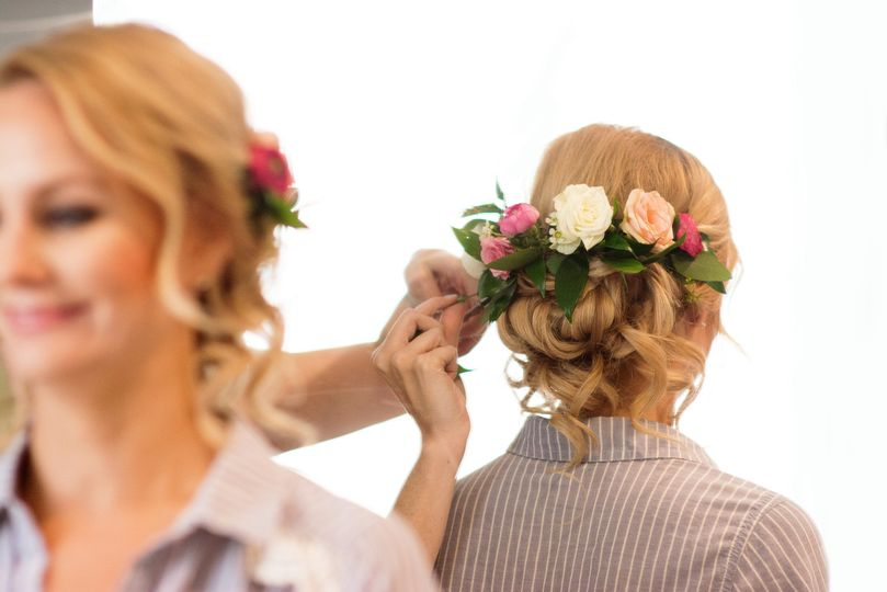 Flower decorations on the bride's hair
