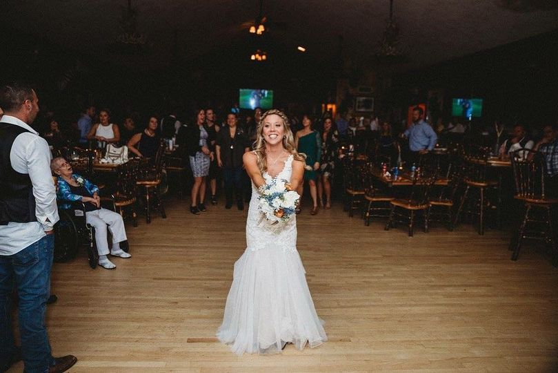 Bouquet toss | EllieJays Photograpy