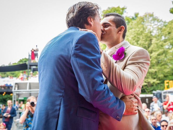 Kiss at ceremony