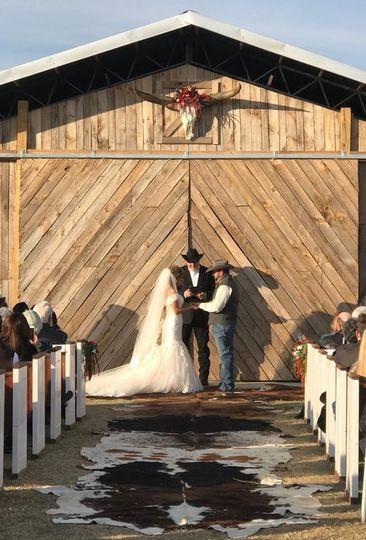 5f12a725fe581206 1532518224 403f1e0f76403baf 1532518198803 5 barn wedding fron
