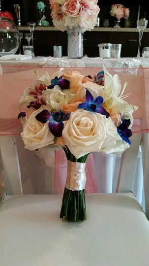 White bouquet with blue details