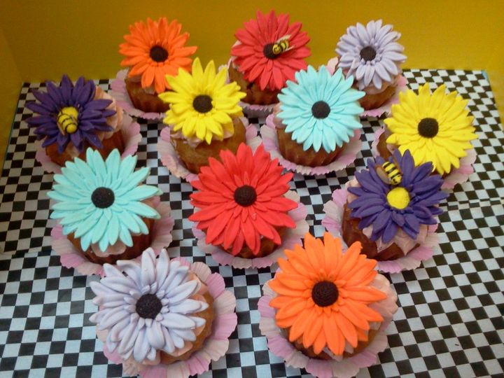 sugarflowercupcakeswithbee