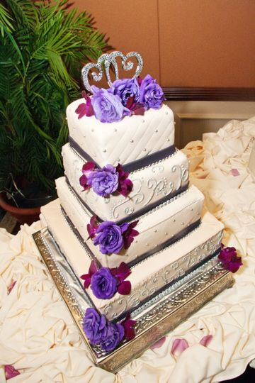 Square wedding cake with a touch of purple