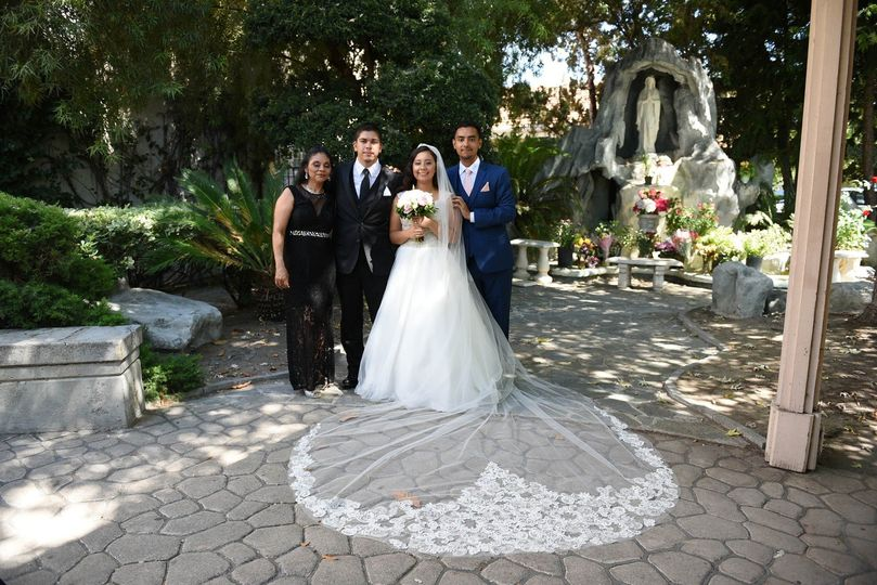 The bride with loved ones in the shade of the courtyard