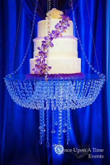 Suspended cake swing