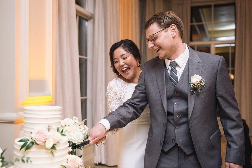 Cutting the wedding cake - Photo: Crea8tive Outlets