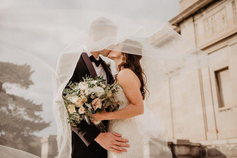 Couple kissing - Photo: Emma Bauso