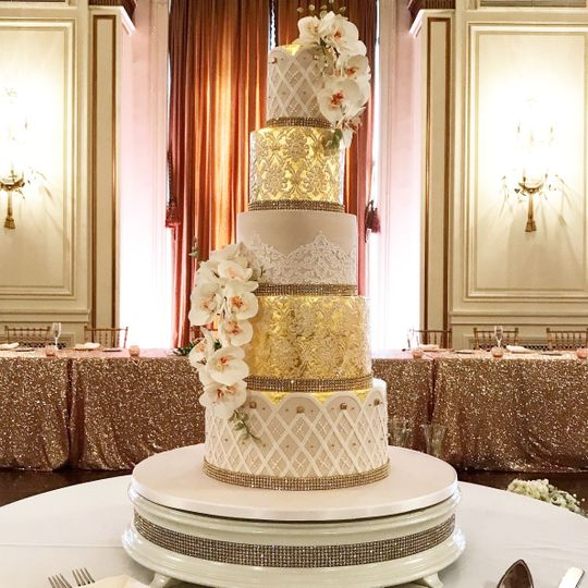 Cake in gold and white