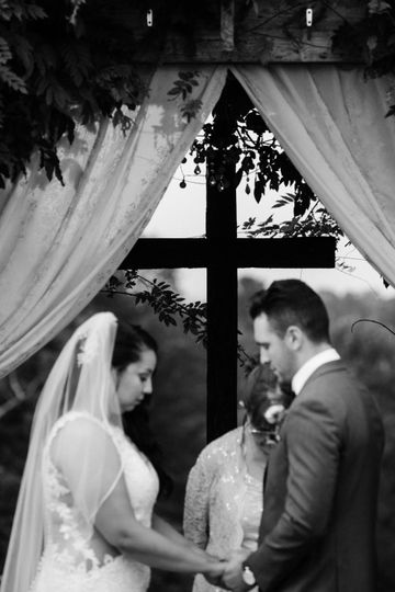 Exchanging vows - Darbey Delaney Photography