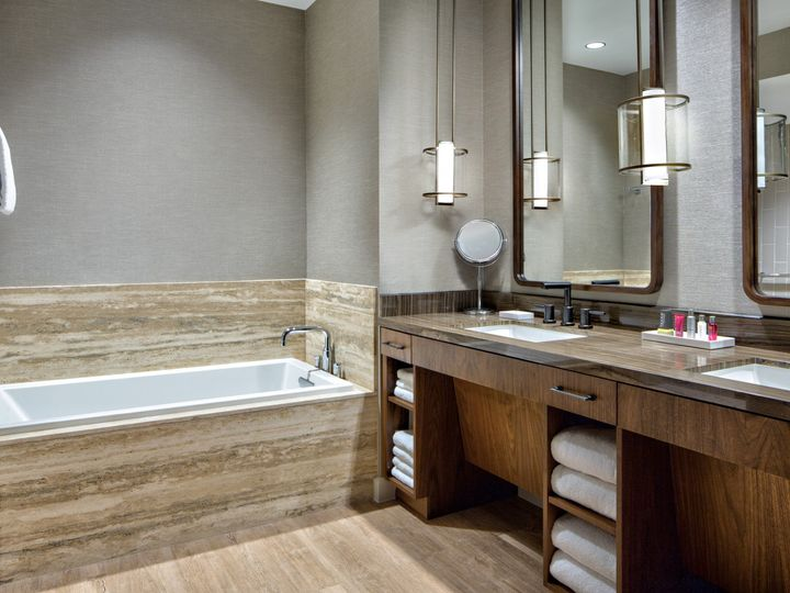 Tmx Mh Houns Presidential Suite Bath 14 Edit Edit 51 1048259 1558641832 Spring, TX wedding venue