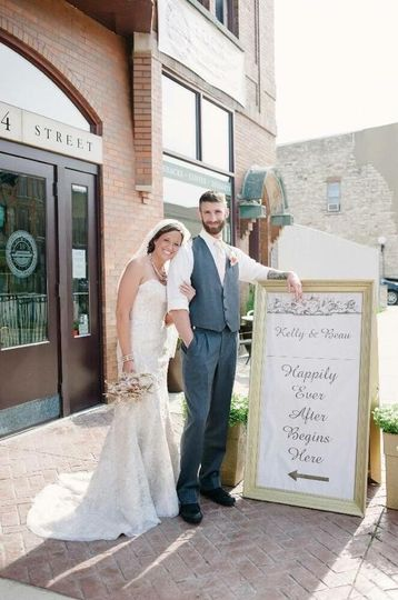 Newlyweds outside of the Lock 16 Cafe & Visitor Center